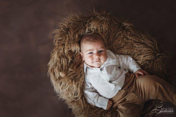 Sedinta foto de bebelus cu Radu in studio, bebelus pe spate in blanita maro
