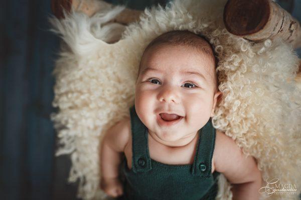 Sedinta foto de bebelus cu Radu in studio, bebelus in salopeta verde inchis razand