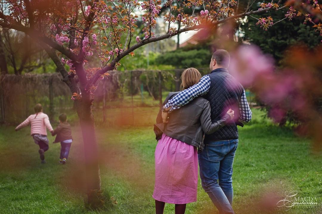 familie fericita la joaca, primavara, cu ciresi infloriti, in herastrau