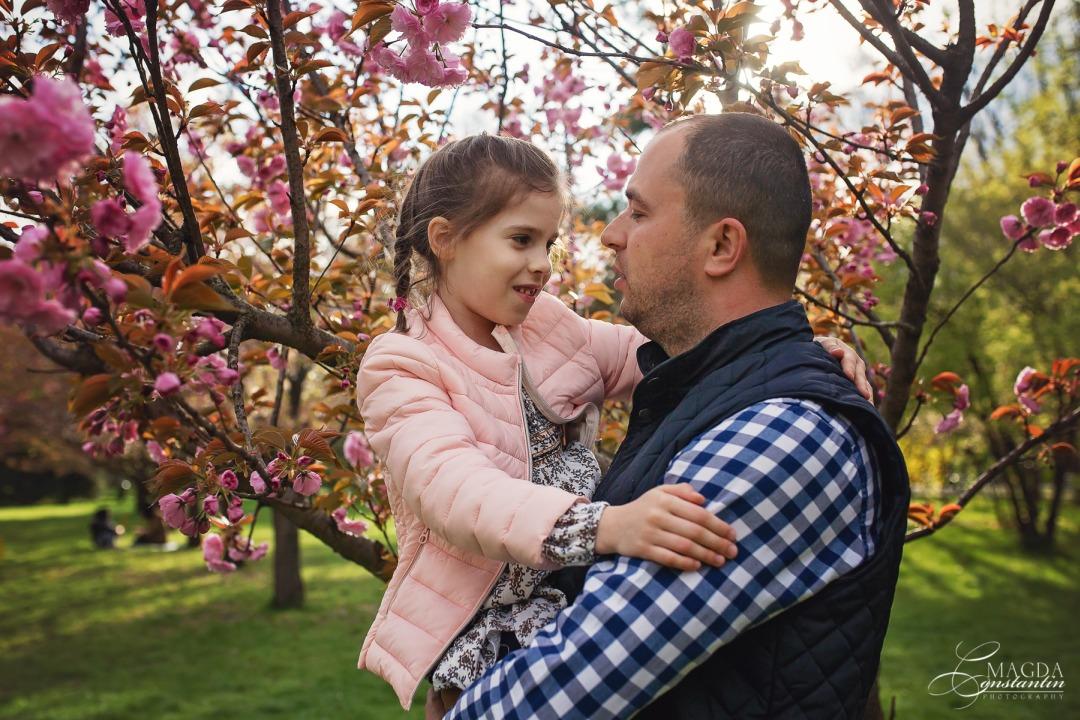 fetita in brate la tatal ei, conexiune, iubire, cu ciresi infloriti, primavara in herastrau