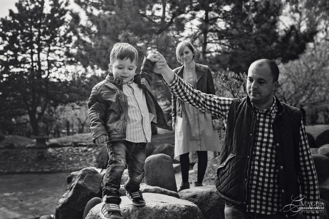 familie fericita, alb-negru, sedinta foto de familie in herastrau