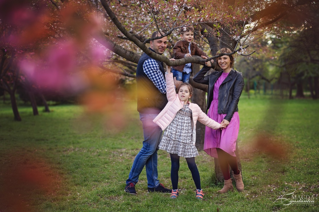 imagine de familie de grup, razand, in gradina de ciresi primavara, varianta
